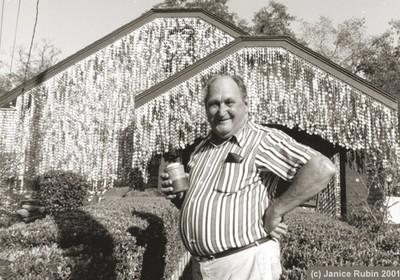 John Milkovisch em frente à casa (Foto: Divulgação)