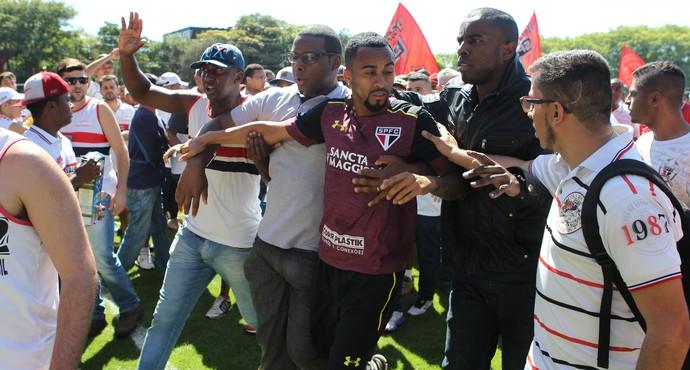 wesley são paulo protesto ct torcida (Foto: RAFAEL ARBEX / Agência Estado)