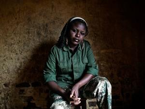 A major Masika Ngheleza Queen, de 26 anos, em Kiwanja. Ela se formou em negócios e contabilidade antes de lutar pelo Mai Mai La Fontaine e, depois, pelo M23. Em 2012, rebeldes Mai Mai a espancaram devido à decisão de se unir ao M23 (Foto: Francesca Tosarelli)