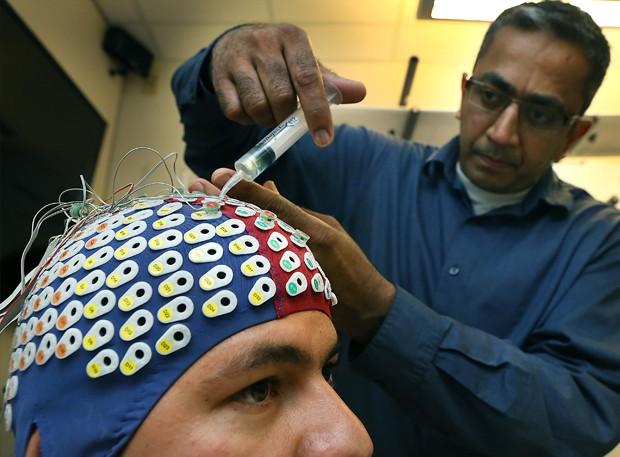 Departamento da universidade recebeu investimento de US$ 300 mil para investir em pesquisas sobre como pessoas podem controlar drones a partir de ondas cerebrais (Foto: The San Antonio Express-News, Bob Owen/AP)