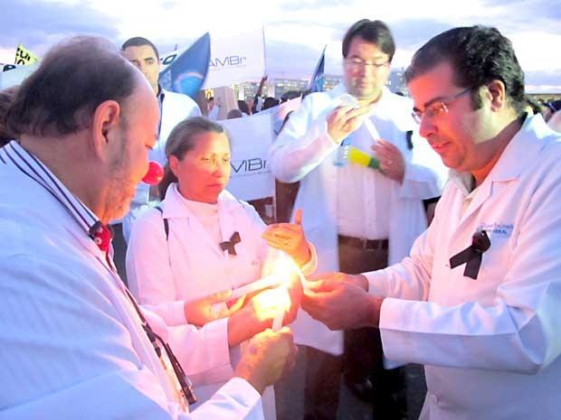 Médicos acendem velas durante protesto cotnra a abertura de mercado a profissionais estrangeiros sem a prova de revalidação (Foto: Lucas Nanini/G1)
