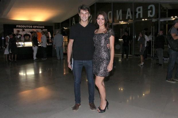 Carol Castro e o namorado, Raphael Sander, em estreia de musical no Rio (Foto: Alex Palarea e Felipe Panfili/ Ag. News)