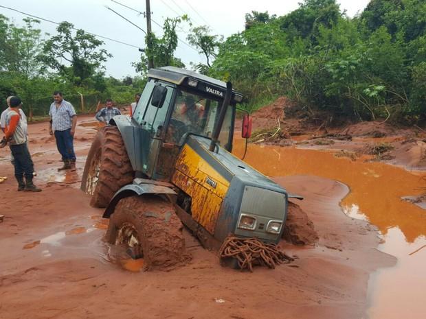 Trator atolou no bairro Chácara dos Poderes em Campo Grande (Foto: Edmar Melo/TV Morena)