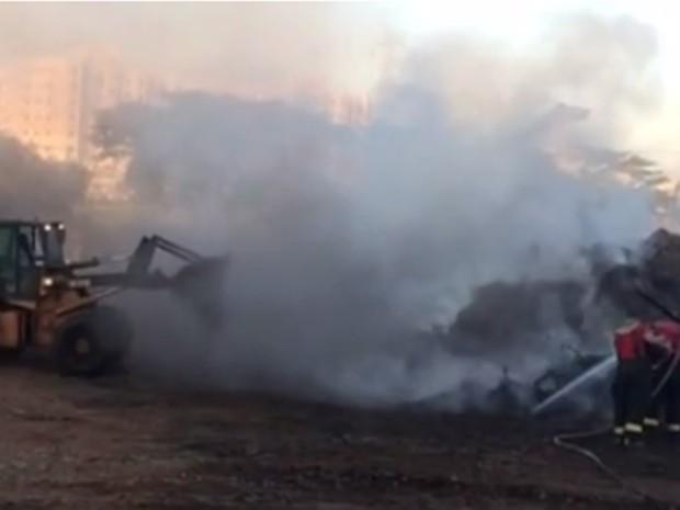 Incêndio em ponto de apoio gerou muita fumaça  (Foto: Reprodução/TV TEM)