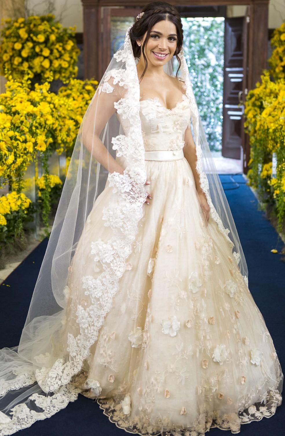 Atriz se veste de noiva pela primeira vez: 'Deu um frio na barriga' (Foto: Artur Meninea/Gshow)