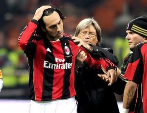 Nesta deixa o jogo do Milan lesionado (Foto: AFP)