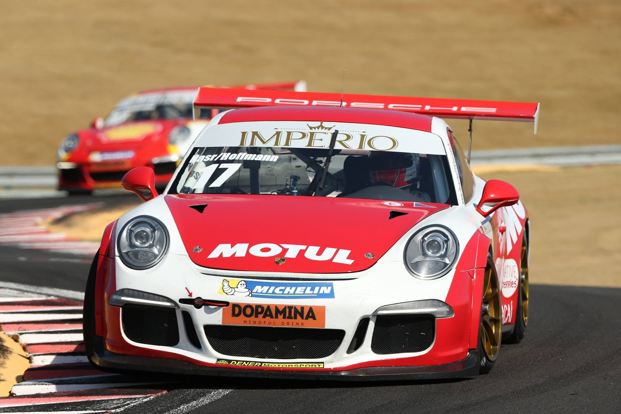 O Porsche da categoria CUP da dupla da F1,  Felipe Nasr/Ingo Hoffmann #17  (Foto: Porsche Império GT3 Cup/Luca Bassani)