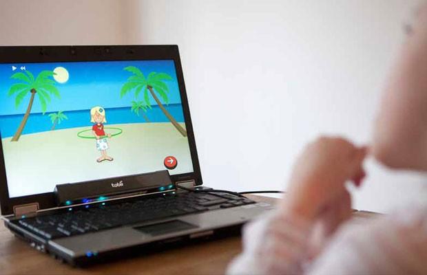Computador desenvolvido para pessoas com deficiências motoras executa tarefas ao rastrear o olhar dos usuários (Foto: Divulgação)