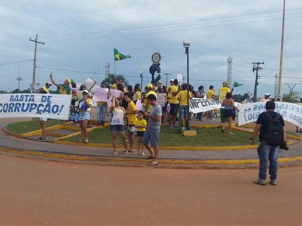 Manifestação em Guajará-Mirim aconteceu na tarde deste domingo e reuniu cerca de 100 pessoas (Foto: Dayanne Saldanha/ Rede Amazônica)