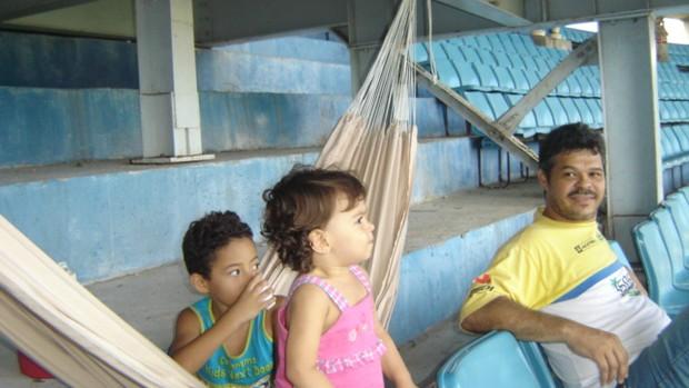 Torcedor Luís Carlos, com o filho e a sobrinha no Castelão (Foto: Luís Carlos/Arquivo Pessoal)