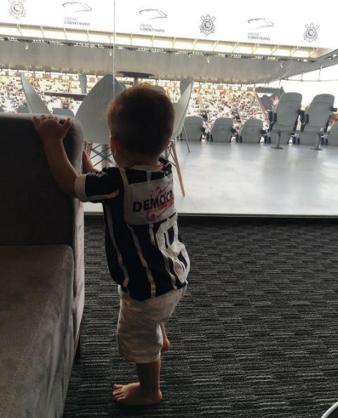 Rodrigo, filho de Adriana e Rodrigão, na Arena Corinthians (Foto: Reprodução/Instagram)