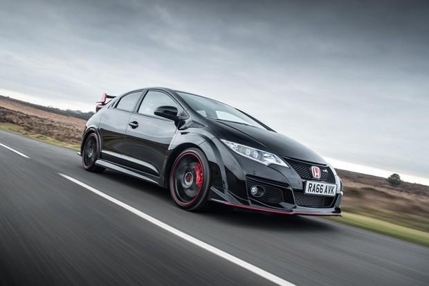 Apenas detalhes vermelhos contrastam com o preto do Civic Type-R Black Edition (Foto: Divulgação)