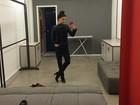 Isis Valverde mostra look 'all black' em dia de gravação