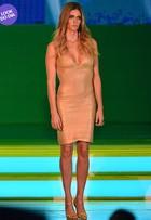 Look do dia: Fernanda Lima usa vestido decotado no sorteio da Copa