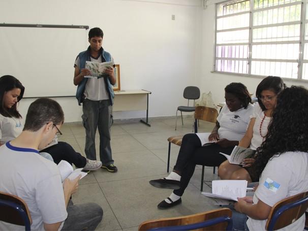 Alunos declamam poemas durante os encontros do Clube de Escritores  (Foto: Divulgação/ Mariana Cabral)