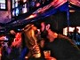 Rodrigo Phavanello e Cariúcha trocam beijos e clima esquenta em festa