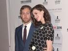 Anne Hathaway, grávida, exibe barriguinha em evento nos EUA