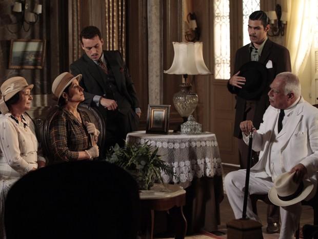 Ramiro não fica nada feliz ao saber que sua nora ajuda a neta (Foto: Gabriela/TV Globo)
