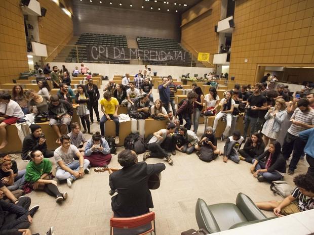 Alunos mantêm ocupação na Assembleia de São Paulo, na foto, Chico César canta para os jovens (Foto: Mario Ângelo/Sigmapress/Estadão Conteúdo)
