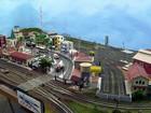 Com prédios e trem, brasiliense monta em casa cidade em miniatura