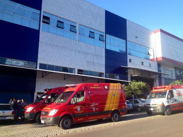 Ambulâncias do Siate foram prestar socorro às vítimas, que são dois funcionários da loja de materiais de construção (Foto: Paola Manfroi / RPC TV)