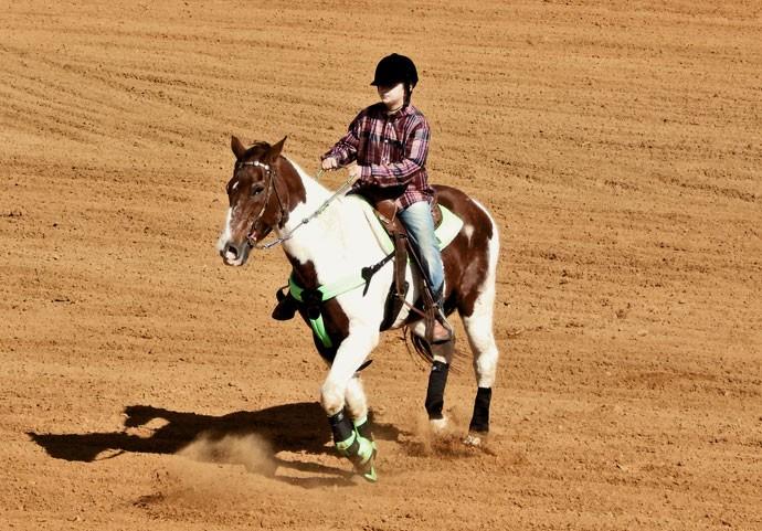 JOÃO AOQUI: Encontrou no cavalo uma terapia e virou competidor de rodeios (Foto: Julia Rodrigues)
