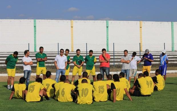 Diretores conversam com jogadores no período de treinamento (Foto: Divulgação/Comercial)