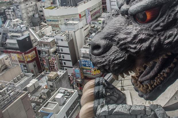 Réplica de Godzlilla de 12 metros no alto do Hotel Gracey Shinjuku, recém-inaugurado em Tóquio (Foto: Getty Images)