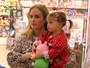 Com a filha, Angélica compra brinquedos em shopping