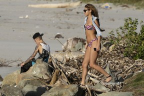 Justin Bieber e a modelo Chantel Jeffries em um resort em Punta Chame, no Panamá (Foto: Carlos Jasso/ Reuters)