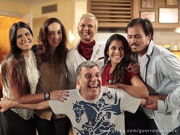 Xuxa posa com o diretor Jorge Fernando e parte do elenco de Guerra dos Sexos (Foto: Guerra dos Sexos / TV Globo)