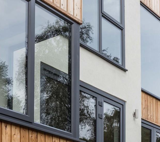 Todas as janelas foram emolduradas com aço steel-frame (Foto: Divulgação/Nick Leith-Smith Architecture+Design)