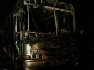 c761eb444 Três ônibus foram atingidos e não houve feridos (Foto  Glauco Araújo G1)
