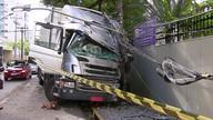 Caminhão com sete pessoas bate em poste e atinge muro no Recife