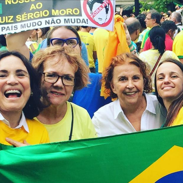 Regina Duarte protesta ao lado de amigas (Foto: Reprodução/Instagram)