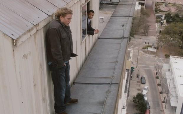 Hollis (Terrence Howard) tenta convencer Gavin (Charlie Hunnam) a não cometer suicídio em 'A tentação' (Foto: Divulgação)