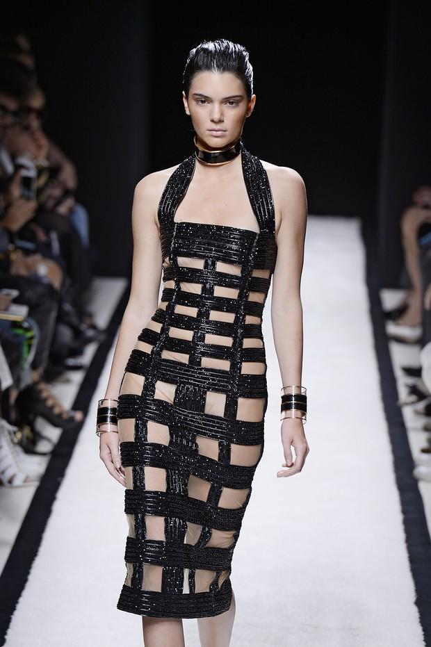 Kendall Jenner desfila para Balmain na semana de moda de Paris (Foto: Getty Images)