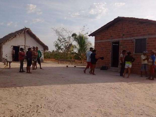 Vizinhos e familiares se aglomeraram na porta da casa onde o crime aconteceu (Foto: Catarina Costa)