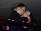 Tiago Leifert troca carinhos com a mulher em show de Michel Teló