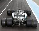 Mercedes e Ferrari testam pneus mais largos de 2017. Foto compara tamanho