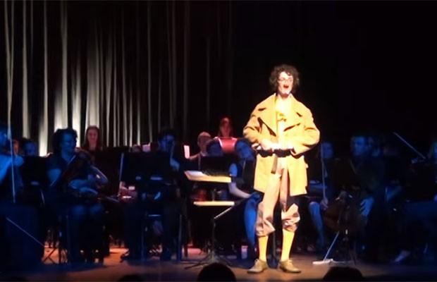 Espetáculo traz ao palco as habilidades do maestro Tupisco Papipaquígrafo (Foto: Divulgação)