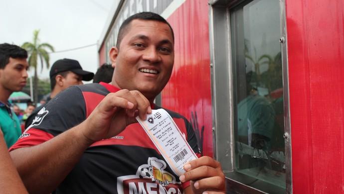 Flamenguistas fazem fila para comprar ingressos em Manaus (Foto: Isabella Pina)
