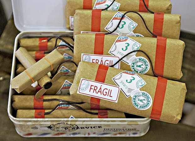 O aviãozinho de papel kraft e as maletas escondiam chocolates e balinhas  (Foto: Sandra Pagano/Editora Globo)