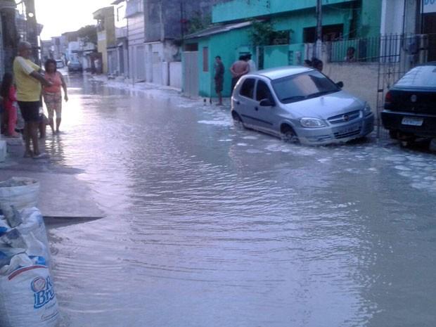 Aliada à maré alta, ventania levou água do mar para ruas de Brasília Teimosa (Foto: Reprodução / WhatsApp)