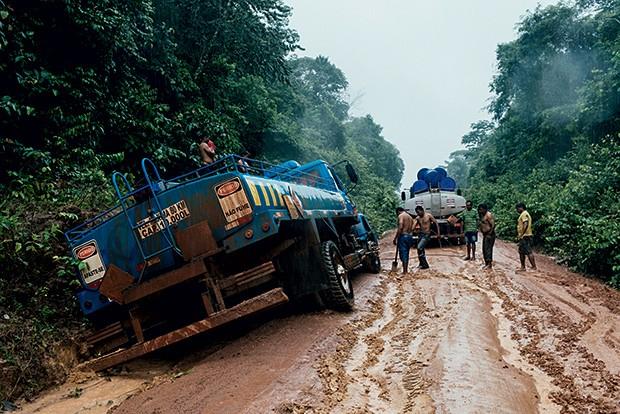NA LAMA Um caminhão  encalhado na inacabada Transamazônica.  Na época de chuvas,  muitos trechos  ficam intransitáveis (Foto: Filipe Redondo/ÉPOCA)
