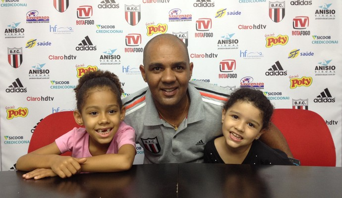 Alexandre Ferreira recebe abraço das filhas após a classificação às semifinais (Foto: Cleber Akamine)