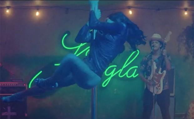 Bruno Mars (ao fundo) e a atriz Freida Pinto no clipe de 'Gorilla' (Foto: Divulgação)