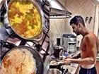 Gusttavo Lima vai para o fogão e cozinha comida mineira
