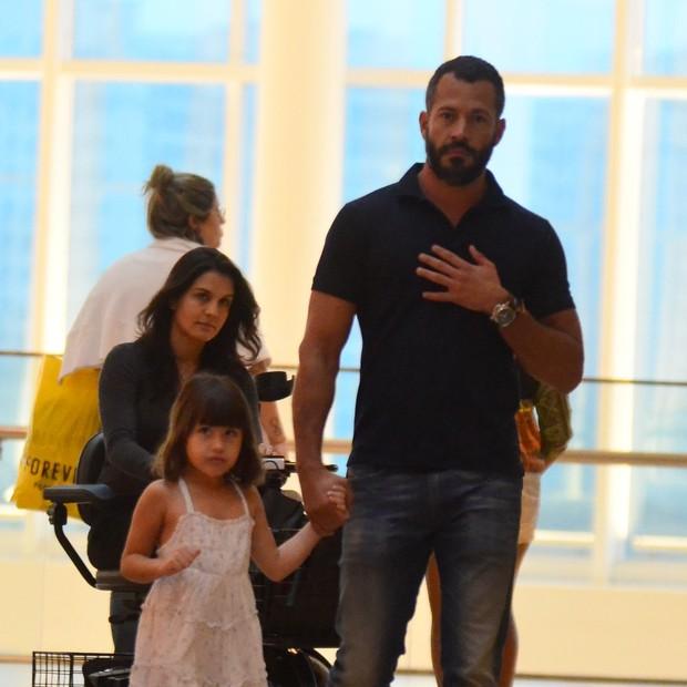 Kyra Gracie, Malvino Salvador e a filha dele em shopping (Foto: AgNews)