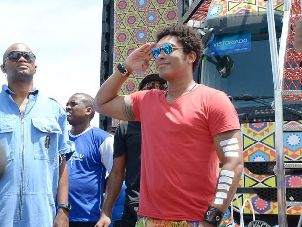 Denny, da Timbalada, também marca presença no desfule do cacique Carlinhos Brown (Foto: Marcio Reis/Ag Haack)